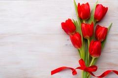 Tulipanes, flores de la primavera y decoración rojos de Pascua Imagen de archivo libre de regalías