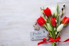 Tulipanes, flores de la primavera y decoración rojos de Pascua Imágenes de archivo libres de regalías