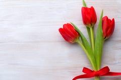 Tulipanes, flores de la primavera y decoración rojos de Pascua Foto de archivo