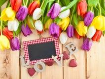 Tulipanes frescos en fondo de madera imágenes de archivo libres de regalías