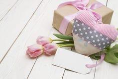 Tulipanes hermosos con la caja de regalo día de madres feliz, aún vida romántica, flores frescas Imagenes de archivo