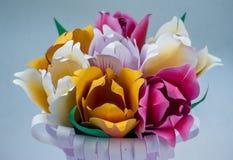 Tulipanes hermosos en una cesta Foto de archivo libre de regalías
