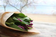 Tulipanes p?rpuras hermosos foto de archivo