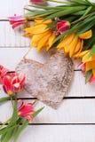 Tulipanes rojos de la primavera fresca y amarillos coloridos y decoros rústicos fotografía de archivo