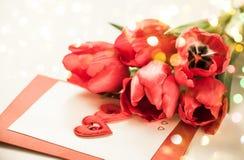 Tulipanes rojos para el día de tarjeta del día de San Valentín Foto de archivo libre de regalías