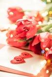 Tulipanes rojos para el día de tarjeta del día de San Valentín Foto de archivo