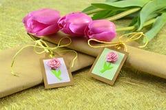 Tulipanes rosados con el regalo dos Imágenes de archivo libres de regalías