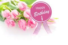 Tulipanes rosados con un saludo del feliz cumpleaños Fotografía de archivo