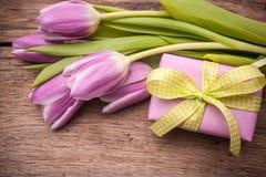 Tulipanes rosados con una caja de regalo Fotos de archivo