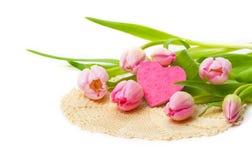 Tulipanes rosados, corazón, el día de tarjetas del día de San Valentín Fotografía de archivo
