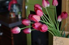 Tulipanes rosados del ramo en la cocina Imagenes de archivo