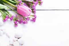 Tulipanes rosados en un fondo de madera blanco foto de archivo