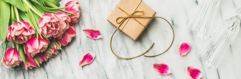 Tulipanes, vidrios del chamán y caja de regalo rosados con el espacio de la copia foto de archivo libre de regalías