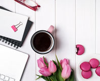 Tulipanes y accesorios rosados en la tabla de madera blanca Fotos de archivo libres de regalías