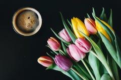 Tulipanes y café Fotos de archivo