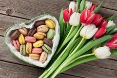 Tulipanes y caja de regalo coloridos con los macarrones imagen de archivo libre de regalías
