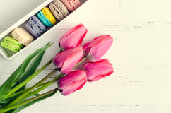 Tulipanes y caja de regalo rosados con los macarrones Fotografía de archivo