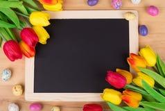 Tulipanes y caramelo coloridos de Pascua Fotos de archivo libres de regalías