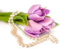 Tulipanes y collar de la perla Fotos de archivo libres de regalías