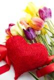 Tulipanes y corazón rojo imagenes de archivo