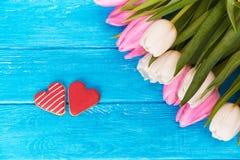 Tulipanes y corazones de la galleta Foto de archivo