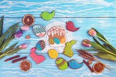 Tulipanes y galletas del pan de jengibre fotografía de archivo libre de regalías