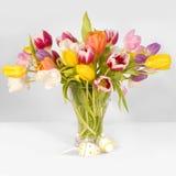 Tulipanes y huevos de Pascua fotos de archivo libres de regalías