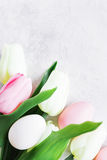 Tulipanes y huevos de Pascua Imagen de archivo