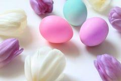 Tulipanes y huevos de Pascua Fotografía de archivo libre de regalías