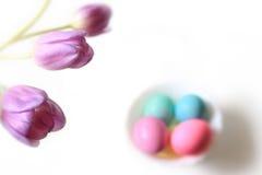 Tulipanes y huevos de Pascua Imágenes de archivo libres de regalías