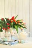 Tulipanes y huevos de Pascua coloreados fotos de archivo