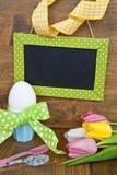 Tulipanes y huevos de Pascua coloridos Imagen de archivo libre de regalías
