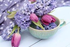 Tulipanes y jacinto del arreglo floral de la primavera Imagenes de archivo