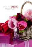 Tulipanes y rectángulos de regalo rosados foto de archivo