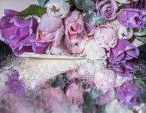 Tulipanes y rosas rosados delicados Foto de archivo libre de regalías