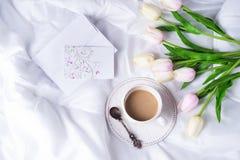 Tulipanes y taza de café rosados Imagenes de archivo