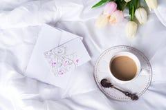 Tulipanes y taza de café rosados Foto de archivo libre de regalías