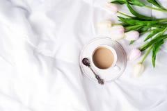 Tulipanes y taza de café rosados Fotos de archivo