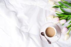 Tulipanes y taza de café rosados Imagen de archivo