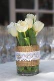 Tulipanes y tazas de champán Fotos de archivo libres de regalías