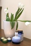 Tulipanes y velas Fotos de archivo