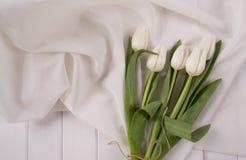 Tulipani bianchi su fondo di legno bianco immagine stock