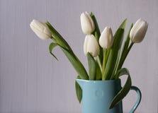 Tulipani bianchi, vaso dei fiori sulla tavola Immagine Stock