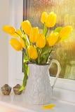 Tulipani in brocca antica Fotografie Stock Libere da Diritti