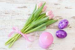 Tulipani con le uova di Pasqua e la candela Fotografia Stock Libera da Diritti