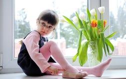 Tulipani del wiyh della bambina Fotografia Stock
