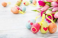 Tulipani della sorgente ed uova di Pasqua Immagine Stock