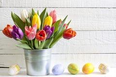 Tulipani di pasqua della molla in secchio con le uova Fotografia Stock Libera da Diritti