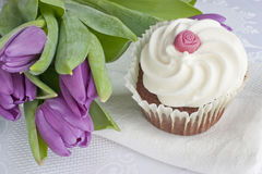 Tulipani e bigné del cioccolato Immagine Stock Libera da Diritti