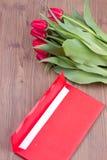 Tulipani e busta rossi Fotografia Stock Libera da Diritti
